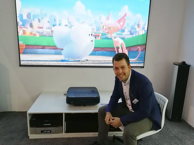 Tor Jørgen Westerby, salgssjef konsument i Epson Europe, demonstrerer den nye LS100-projektoren. Foto: Marte Ottemo.