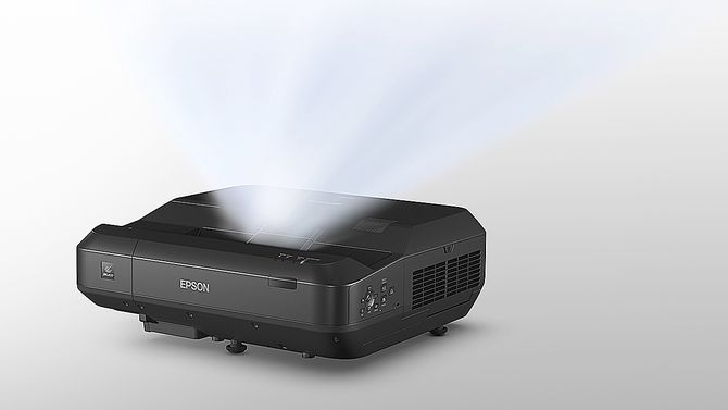 LS100 er en «ultra short throw»-projektor. Det betyr at den fra 30 cm avstand kan vise et bilde på hele 120 tommer. Foto: Epson.