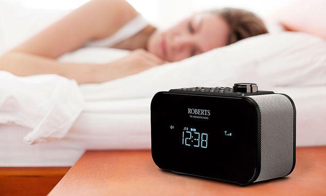 Klokkeradioene gjør comeback, og Ortus 2 fra Roberts kan også lade mobilen din. Foto: Roberts.