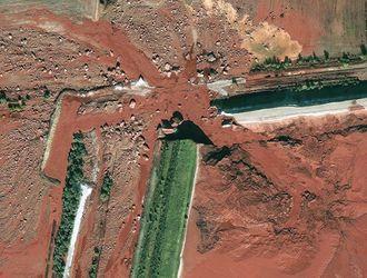 Bauxittslam ble ikke deponert riktig ved Ajka i Ungarn og en million kubikkmeter fluytende avfall rant ut da en deming brast.