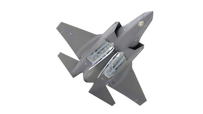 F-35A/C kan bære to JSM internt (i tillegg til fire under vingene). De to andre missilene i våpenrommet er AMRAAM luft-til-luft-missiler.