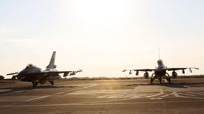 Det er mye som henger på F-16 når den skal ut i krig. Dette er fra Souda-flystasjonen på Kreta under Operation Unified Protector i 2011.