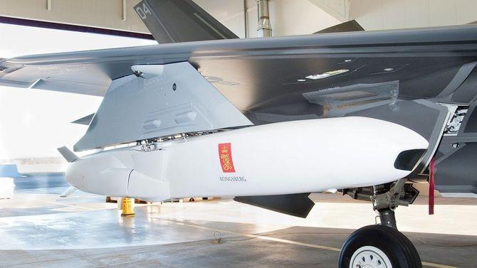 Fra såkalt «fit check» i 2013 der JSM blir festet på F-35s eksterne våpenstasjoner. Dette er for øvrig en B-versjon som ikke kan bære JSM internt.