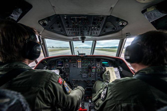 Slik ser det ut inne i cockpiten på Forsvarets Jet Falcon.