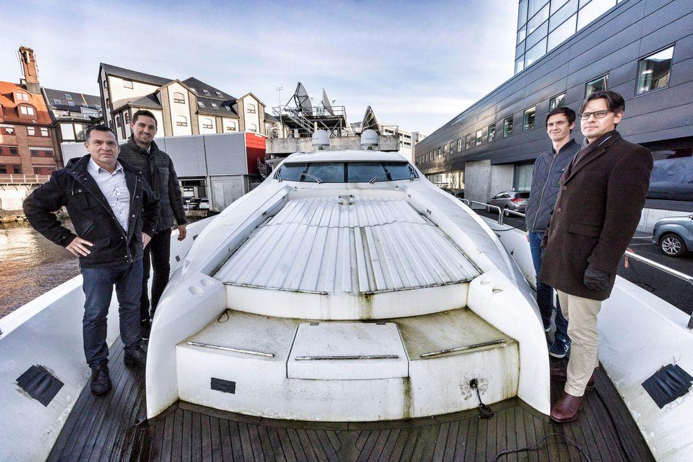 Noen av menneskene bak Hydrogen Viking, båten i bakgrunnen. F.v: Per Erik Berger, daglig leder i Pegi Maritime, Vegard Frihammer, daglig leder i Greenstat, Tjalve Svendsen, forsker ved Prototech og Bernt Skeie, administrerende direktør i Prototech
