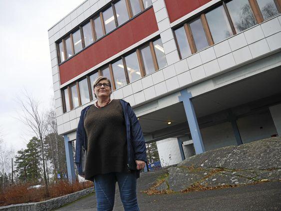 KLAR FOR Å TENKE NYTT: Arbeiderpartiets Merete Bellingmo foreslår å kvitte seg med Fløysbonnbygget og bygge ny skole ved Skogsåsen. – Bedre å bygge nytt enn å flikke med et gammelt bygg, sier hun.