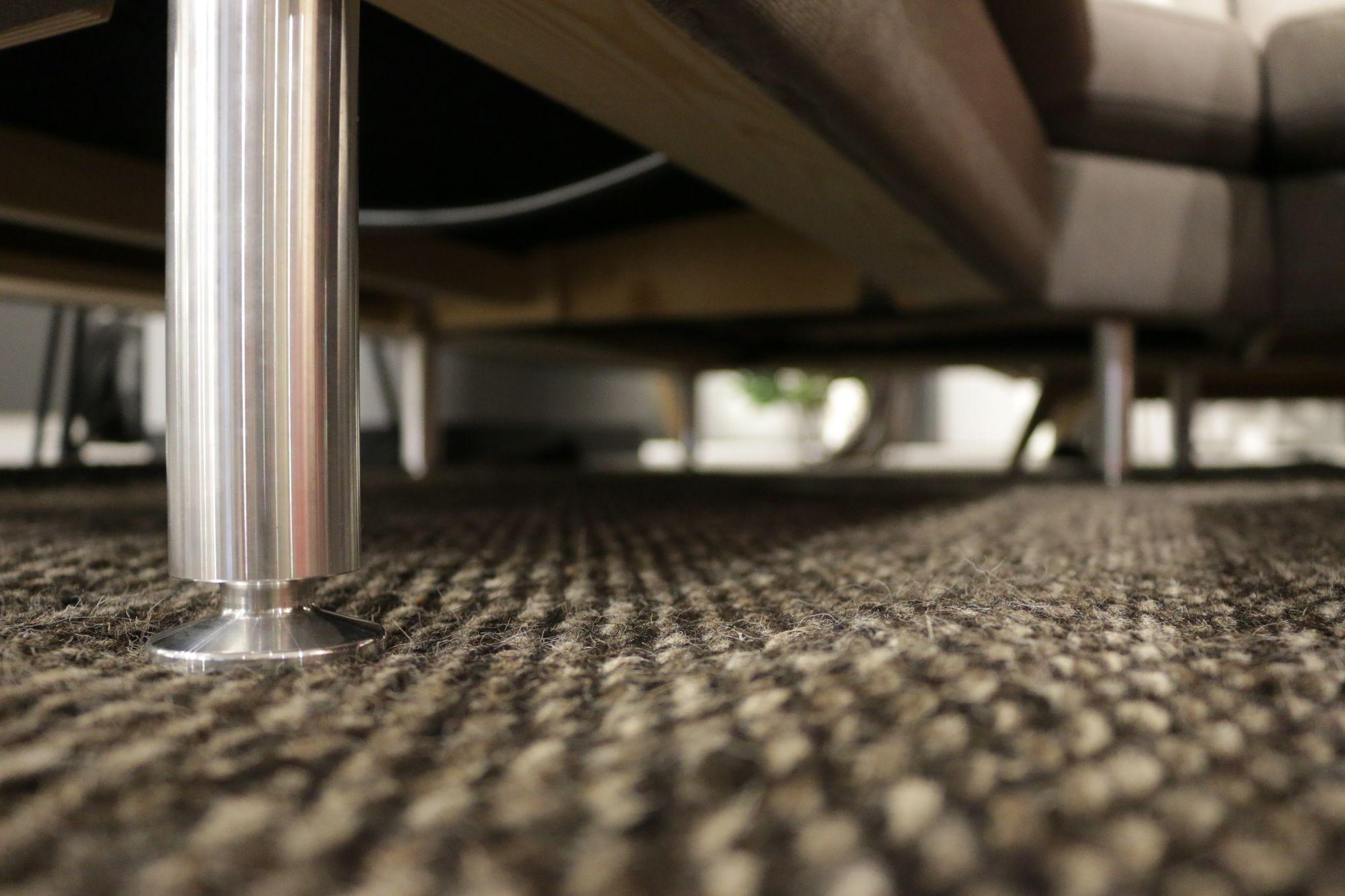 PRAKTISK HØGDE: *Namn på sofa* har høgare bein samanlikna med førre modell. Dette gjer det lettare å komme til og vaske.