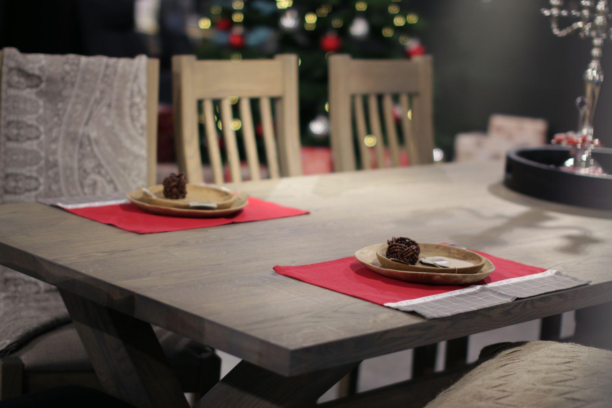 NORDISK STIL: Eit solid spisebord i heiltre av eik. Bordet kjem i seks forskjellige variantar på behandling, samt kvit- og svartmalt.