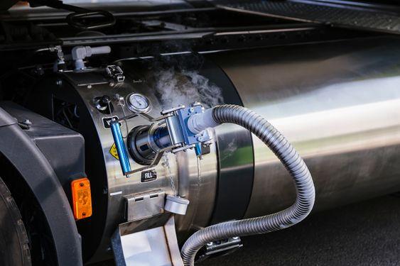 Kjøretøyet har et betydelig lavere støynivå med mindre enn 71 dB. Denne revolusjonerende lastebilen gir transportørene konkurransemessige fordeler ved å kunne tilby virkelig bærekraftig logistikk.
