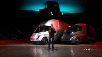 Elon Musk lanserte Teslas lastebil i Los Angeles fredag morgen norsk tid.