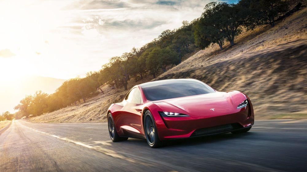Tesla overrasket med ny bil under lanseringen av lastebilen Tesla Semi.