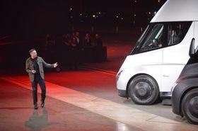 Elon Musk viste frem to nye modeller i dag: En helt ny Roadster og Tesla Semi Truck.