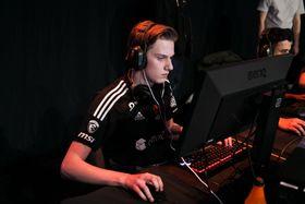 Haakon«Radifaction» Tholo går inn for Noreg. Her under sluttspillet i Telenorligaen.