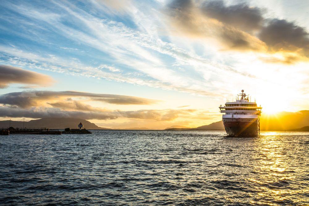 MS Nordkapp i solnedgang. Hurtigruten ASA vil fortsette å seile kystruten Bergen-Kirkenes og vil søke alle tre anbudene.