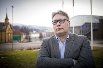 Politisk redaktør Skjalg Fjellheim i Nordlys med utsikt over Tromsø by.