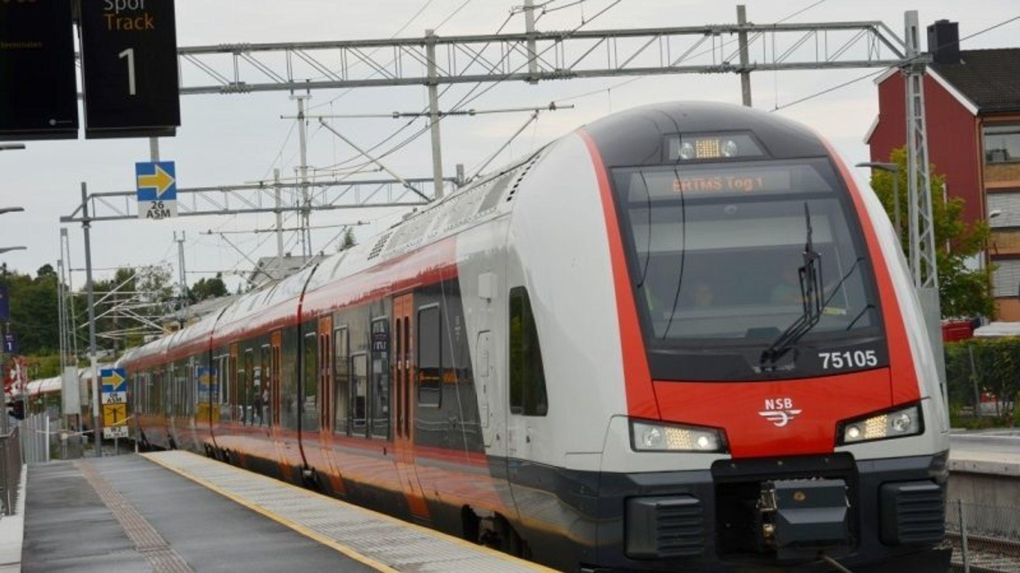 Norges første pilotstrekning med det nye signalsystemet ble åpnet på Østfoldbanen i 2015. Ett år efter åpningen var punktligheten på strekningen falt til 64 prosent, og hver fjerde avgang ble avlyst. Foto: Bane Nor