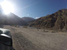 FARLEG: Pamir Highway i Afghanistan blir rekna for å vera ein av dei farlegaste vegane i verda, noko paret såg fleire bevis på langs vegkanten. Bilde:Privat