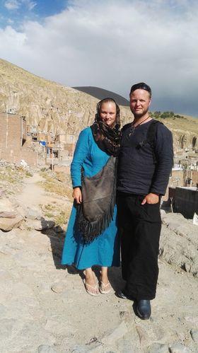 OPPLEVING: Billøpet Mongol Race handlar ikkje om å vinna, men om å oppleva mest mogleg. Her er Vendel Hausken og sambuaren Olav Vik på veg for å utforske iranske grotter.