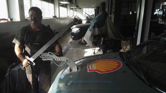 POPULÆRT: Vikingtematikken og spesielt sverda fekk mykje merksemd på turen. Her er det verkstadmeisteren i Ashgabat som prøver å fekta litt.