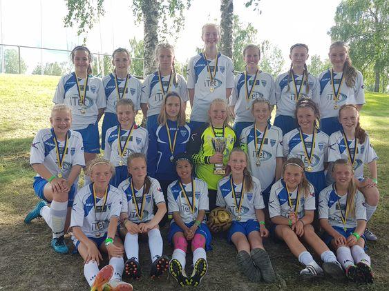 Jentene på J04 etter gull i Arvika-cupen denne sommeren!