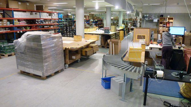 Pakker pakkes og sendes ut.