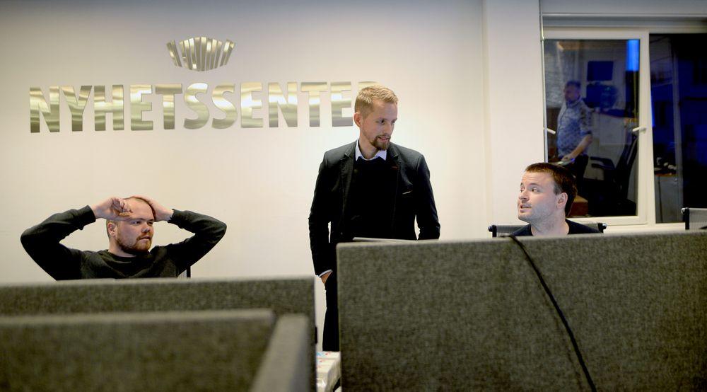 Journalistikken har gitt fornyet vekst og optimisme i Nordlys. Sjefredaktør Helge Nitteberg (i midten) har ingen planer om å stoppe veksten. Her på desken, med Jørn Normann Pedersen (t.v.) og Magnus Aamo Holte.
