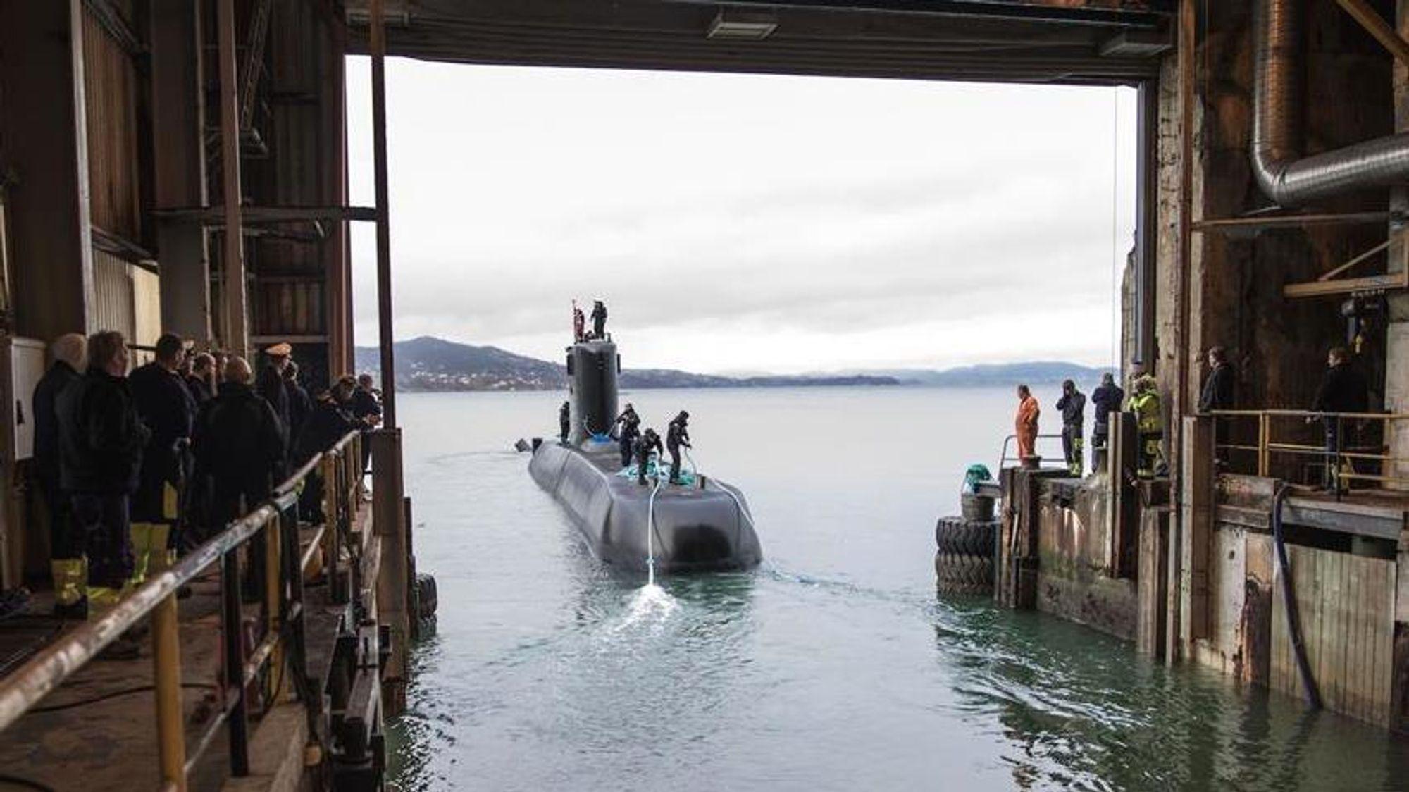 KNM «Uthaug» forlater ubåtbunkeren på Laksevåg i Bergen.