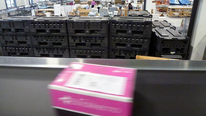 Blivakker-pakker suser av gårde ut fra lageret på Sørlandet.