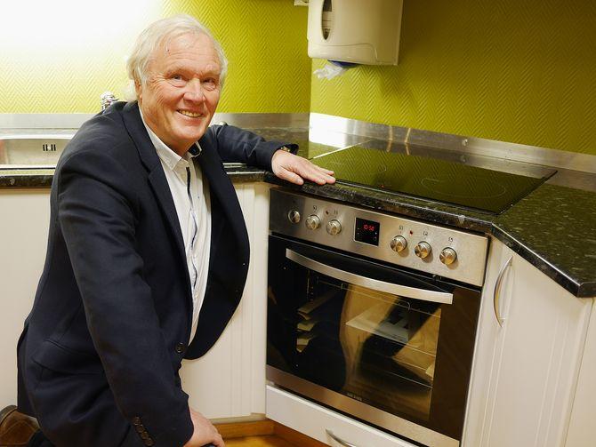 Salgs- og innkjøpssjef Terje Lind med Behas eneste innbyggingsovn, der koketoppen styres fra komfyr-betjeningen. Foto: Stian Sønsteng
