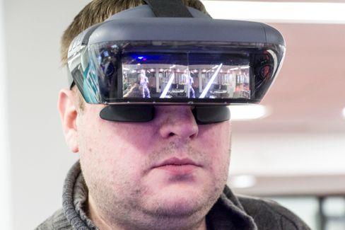 Siden dette er en AR-brille og ikke en tradisjonell VR-maske, kan man se gjennom speilene på innsiden, og man kan til en viss grad se det som foregår inni fra utsiden.