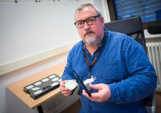 Redaktør og daglig leder Paul Jostein Aune i Trondheim24 viser frem beaconteknologien.