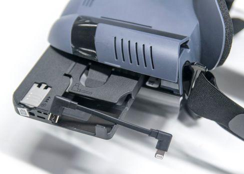 Maske, mobilramme og kabel er komponentene som må kobles sammen. Ta for all del vare på de to alternative kablene som følger med, hvis du har planer om å bruke andre telefoner med brillen.