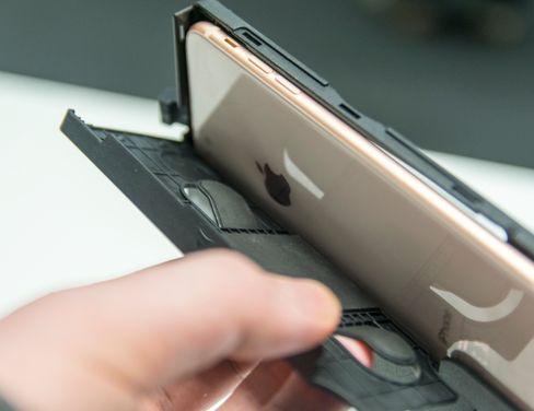 Plus-modellen av iPhone er den største telefonen som passer i masken. Andre store telefoner har en tendens til å bli for lange eller for brede.