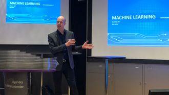 Stian Barkbu la frem sine erfaringer så langt med maskinlæring på et frokostseminar i Bjørvika, i regi av Inmeta.