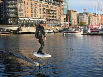 Nikolai Hiorth svever over vannet ved Aker Brygge.