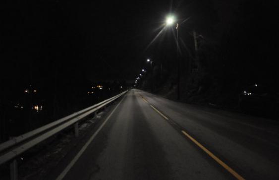 Gatelyset dimmes automatisk ned til 20 prosent når vegen ikke har trafikk.
