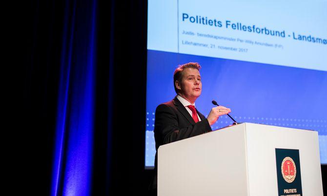 Justis- og beredskapsminister Per-Willy Amundsen har handlet på anmodning av Politidirektoratet, forteller han.