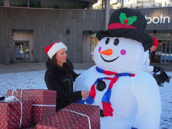 SKAPER STEMNING: Marianne Thoresen-Larsen rådfører seg med snømannen Kalle.
