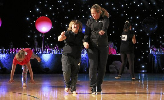 LATTER OG SMIL: Yasmine Mong Roland og trener Kristine storkoste seg sammen på dansegulvet under finalen.