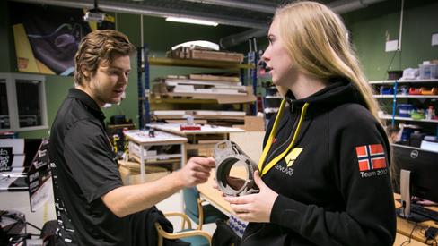 Cornelia holder opp en upright i 3D-printet titan, der hjullagrene til SKF får plass etter litt maskinering.