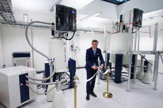 UiB-rektor Dag Rune Olsen klipper snoren under en åpningsseremoni for det nyeste NMR-utstyret ved NNP-plattformen denne uken.