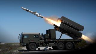 NSM missil skytes fra launcher montert på lastebil.