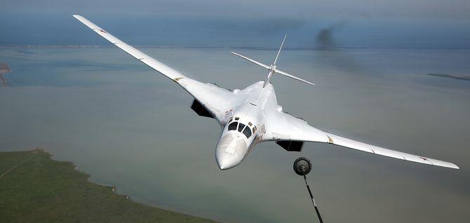Tu-160 i ferd med å etterfylle drivstoff.