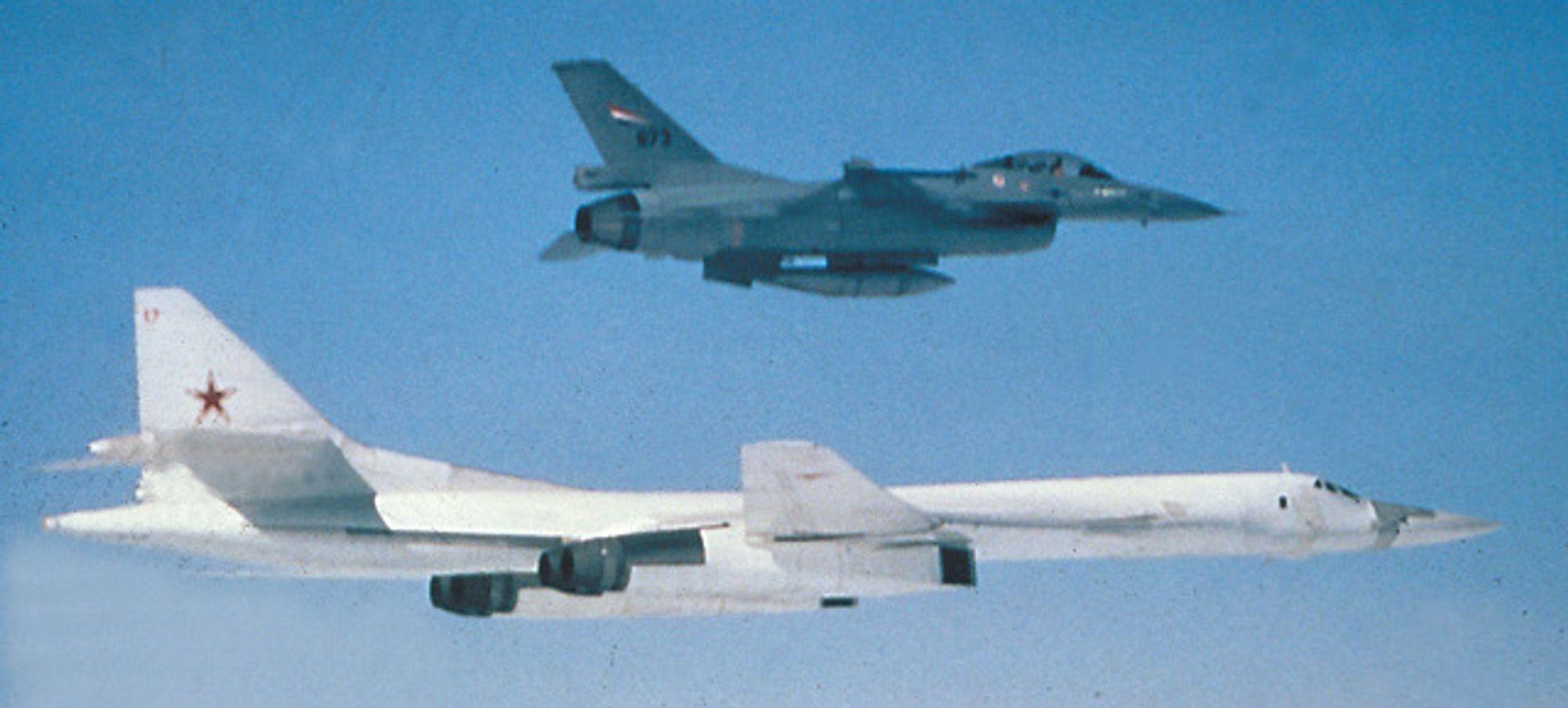 Norsk F-16 og russisk Tu-160 i 2002. Perspektivet lyver litt om størrelsen: F-16 er 15 meter lang, mens Tu-160 er 54 meter.