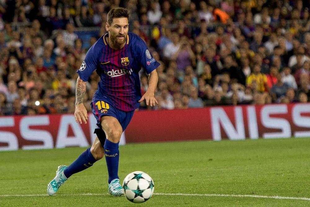 Draktmerkene: Alle merkene på draktene til Lionel Messig og de andre Barcelona-stjernene lages på fabrikken i Gaupne og sendes digitalt til klubben.