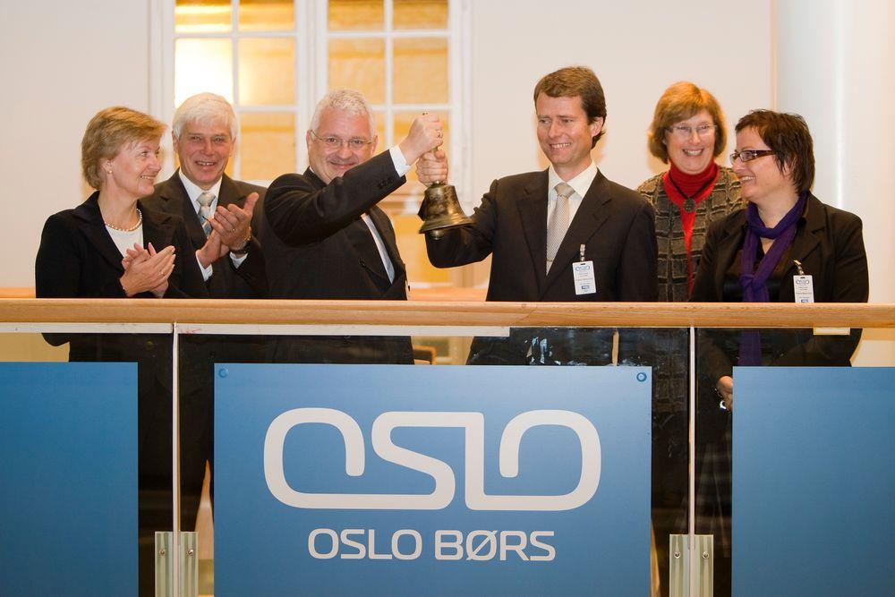 I 2008: Konsernsjef Per Axel Koch (til høyre med bjelle) og administrerende direktør i HTG, Rolf A. Erstad ringte børsbjella Polaris Media ble notert på Oslo Børs. Polaris Media ble dannet etter sammenslåingen av Adresseavisen ASA og Harstad Tidende Gruppen AS.