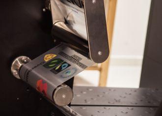 Stor fart: Hvert produkt går seks ganger gjennom den digitale trykkeprosessen, dermed er det helt avgjørende at dette går raskt og effektivt for seg.