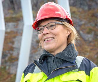 En industridesigner må også ut i terrenget. Her er Eva Widenoja ved Kjerag der hennes nyeste mast er plassert.