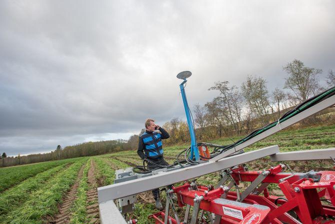 Presisjon i dyrkingen: Grønnsaksprodusent Bent Ingar Fuglu har jobbet mye med å drive så presist som mulig. Ved hjelp av to GPS-er, en på traktoren og en på radrenseren, får han en presisjon som er hekt ned på centimeternivå.