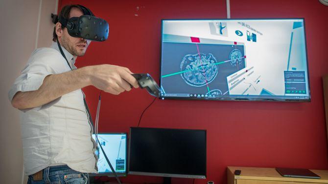 Frank Lindseth i VR-miljøet som nå skal brukes til å trene studenter og etter hvert roboter.